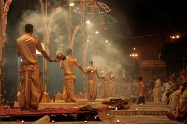 Traditionelle tägliche (!) Zeremonie am Ufer des Ganges